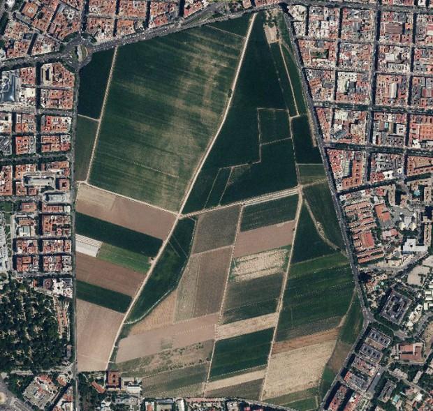 Le parc du Retiro du centre de Madrid, substitué par des terrains de culture de la region a la même echelle