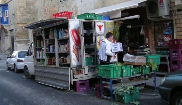 Petit commerce alimentaire sur une rue secondaire du centre historique de La Valleta