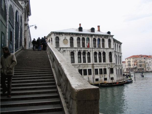 Le pont de Rialto, vue de l'exterieur