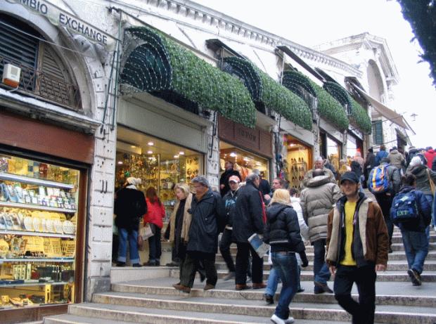 Le pont de Rialto. La rue interieure, qui fait partie du parcours entre la gare et la place Saint Marc, concentre un nombre enorme de boutiques pour touristes... mais le Grand Canal n'est pas visible...