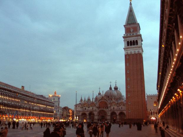 La place Saint Marc le soir. C'est un espace qui est loin d'etre uniforme, mais c'est justement le jeu des asymetries et discordances qui font son interêt
