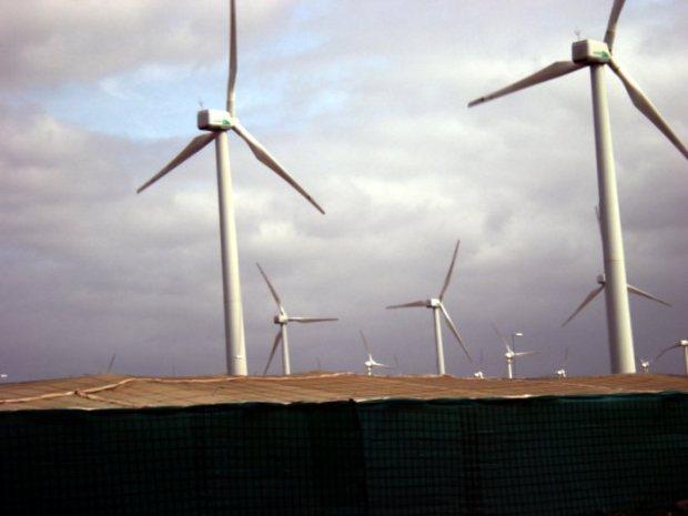Éoliennes sur l'ile de Gran Canaria. A leurs pieds, des serres de culture