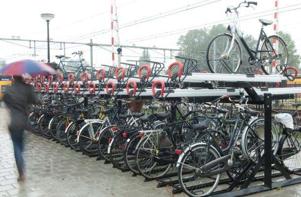 Parking pour vélos a la gare d'Alkmaar, par la firme neerlandaise de mobilier urbain VelopA