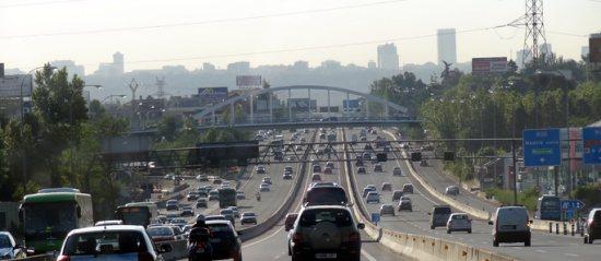 L'autoroute A6; Aravaca est a droite, le centre de Madrid au fond