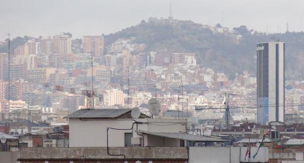 La montagne de Collserola vue de la zone de la Gare de Sants a Barcelone