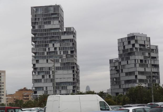 Tours residentielles pres de Diagonal Mar a Barcelone. COS 1,7 sur parcelle cadastrale