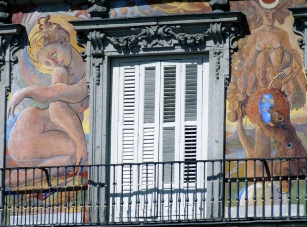 Detail de la façade de la Casa de la Panadería a Madrid, apres sa restauration pendant la derniere decennie (a droite sur l'image superieure)