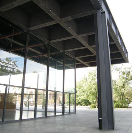 L'image exterieur de la Galerie. La colonne en acier... et la corbeille (au moins noire)...
