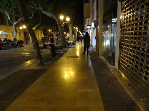Vue depuis le trottoir sans voitures