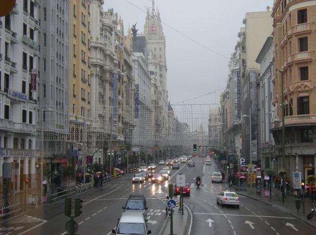 Une vue d'hiver de la partie centrale de la Gran Vía. L'espace pour les voitures est important, même si les trottoirs font 8 metres de large. Le debat sur une plus large place pour le pieton reviens de temps en temps.