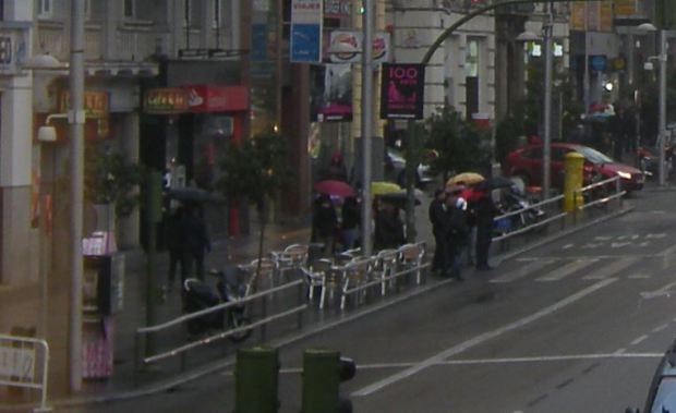Partie gauche de l'image precedente. Les terrasses de cafe sont visibles, tout comme les barrieres pietons ou le pavage en granit