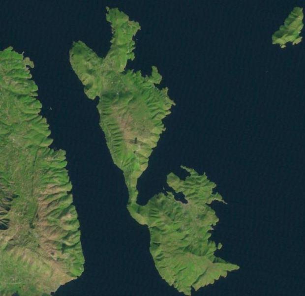 Ithaque de nos jours, d'apres une image landsat. Vous pouvez chercher l'ile sur landsatlook.usgs.gov, au nord de Cefallonie, un peu au sud de Corfu (un hyperlien directe serait en contradiction avec l'esprit du livre...)