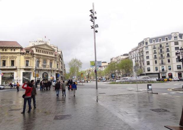 Le Paseo de Gracia vu depuis l'angle avec la Gran Vía de les Corts Catalanes. Depouillement du mobilier urbain sur ce carrefour important