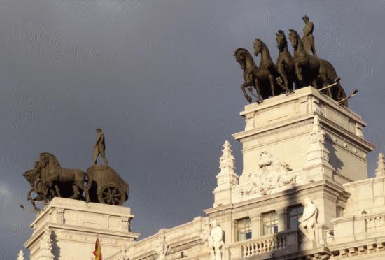 Details sur la calle de Alcalá. Les quadrigues sur un ancien siege bancaire controllent l'angle avec la calle Sevilla