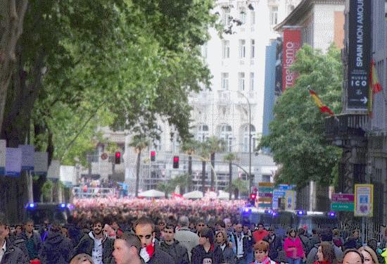 Les supporters d'Atleti autour de la plaza Neptuno (ce qui vous change par rapport a l'ambiance plutot bon chic bon genre de l'Hotel Ritz et le Musée Thyssen- Bornemisza)