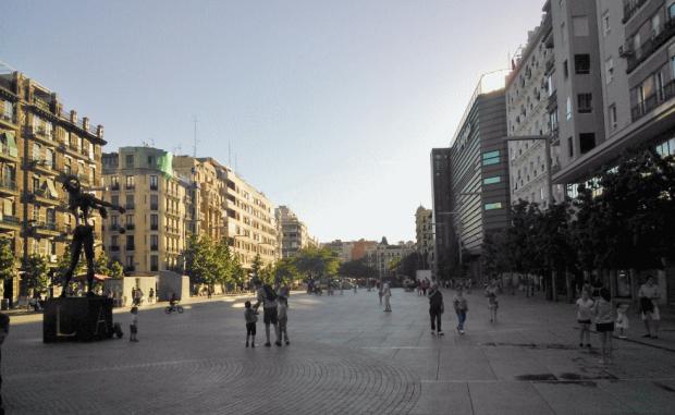 La place, vue depuis la sculpture de Dali vers l'ouest.