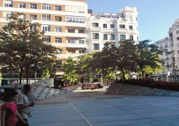"""Les arbres sur la dalle. Les elements carrées sur les surfaces en granit sont une """"solution"""" pour eviter les degats des skaters..."""