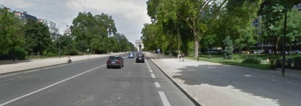 La voie centrale. Peu d'intersections, grande distance entre façades. Presque une autotoroute.