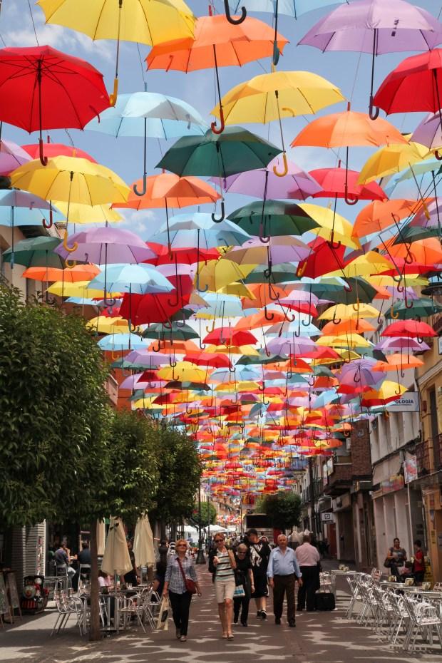 Les parasols de Getafe, tels que visibles sur le web municipal http://getafe.es/la-calle-madrid-se-cubre-de-paraguas-de-colores-para-potenciar-el-comercio-de-la-zona-centro/