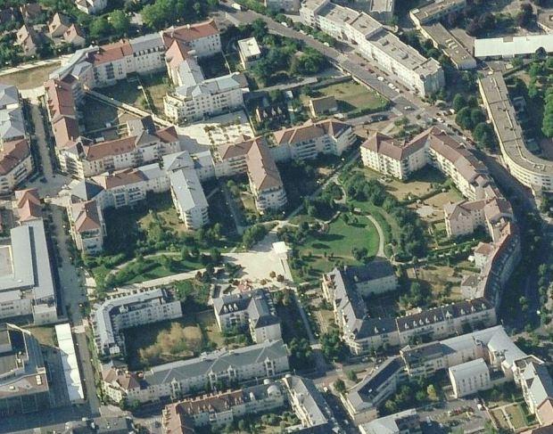 Noisy- le- Grand, a quelques 13 km a l'est de Paris. Un projet urbain qui ouvre l'ilot et combine des typologies, dans le cadre d'un projet de centralité urbaine pour une commune de banlieue