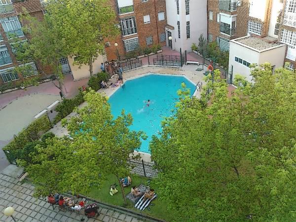 Une piscine dans la cour d'un ilot residentiel a Madrid Sur
