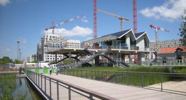 Nouvelle gare du trace ferroviaire en surface qui divise le parc en deux (sauf pour la plateforme ouest).